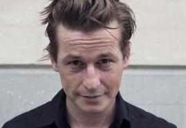 """Filmportrait: """"Arno Camenisch – Schreiben auf der Kante"""""""