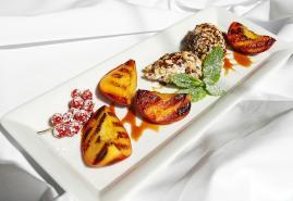 Karamellisierte Pfirsiche mit Ricotta-Nocken
