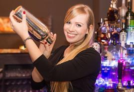 Ein süßes Fräulein in der Moralist Bar