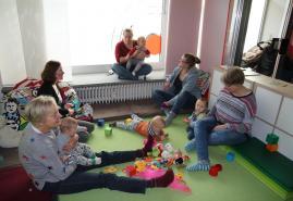 Spielen, Singenund Klönen im Café Kinderwagen