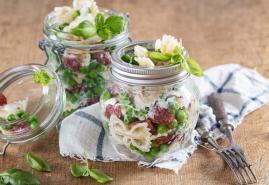 Cabanossi-Farfallesalat im Glas mit Joghurtdressing
