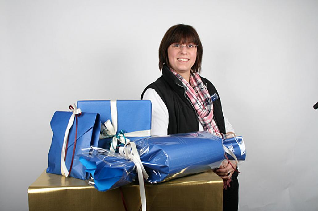 KARSTADT-Schauwerbegestalterin Kathrin Reschke hat für KIELerLEBEN Geschenke kreativ verpackt