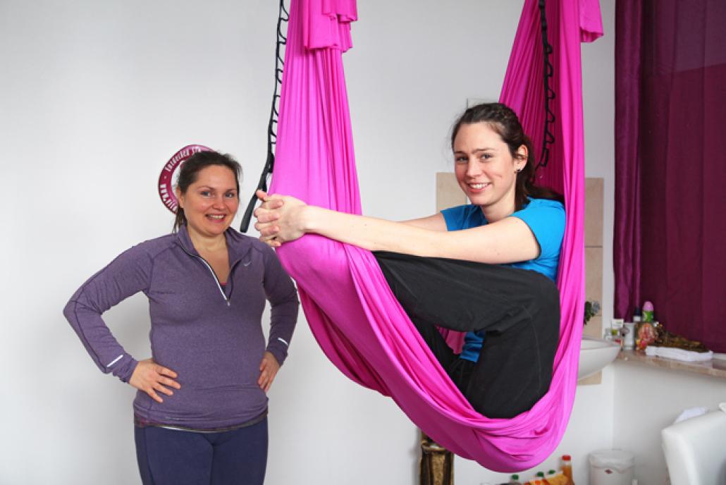 Chefredakteurin Kerstin Klostermann beim Aerial Yoga