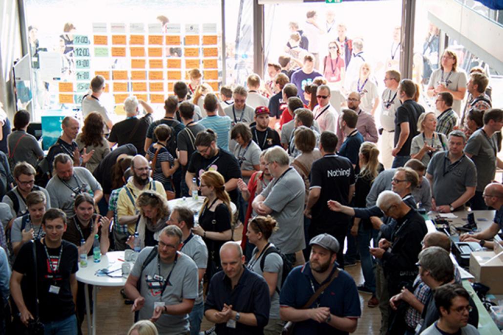 Die Teilnehmer suchen auf der Session-Grid nach spannenden Sessions und den dazugehörigen Räumen