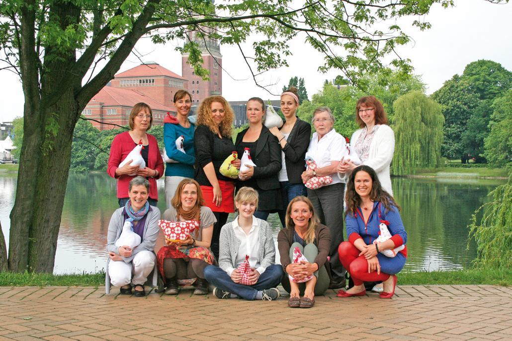 Das Kieler Team von PROVIEH, darunter auch Angela Dinter (unten, 2. v. re.) und Sandra Lemmerz (oben, Mi.)