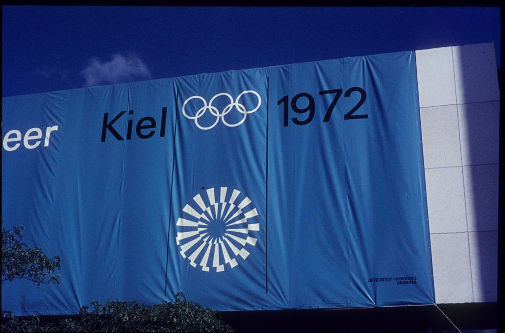 Blaues Banner zu den Olympischen Spielen 1972 in Kiel