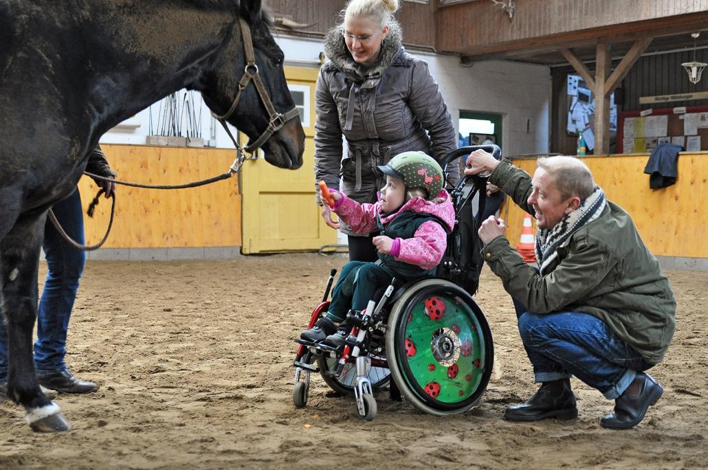 2012 ging das gesammelte Geld an die Hippotherapie. Hier im Bild: Ina Wittstock, Tochter Ronja und Carsten Köthe