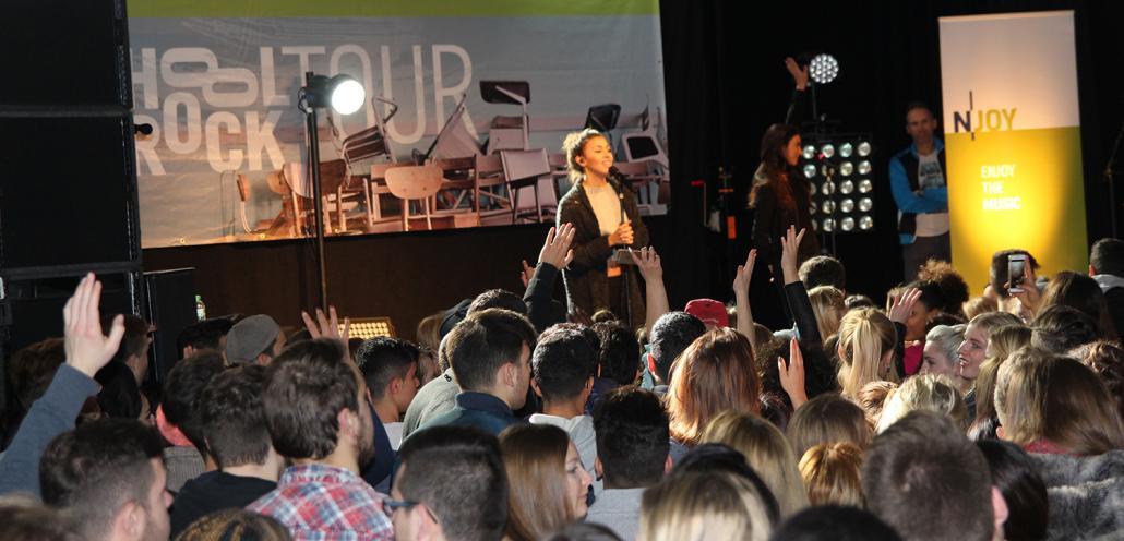 NAMIKA – Die Sängerin trat im RBZ Kiel für Schüler und Lehrer auf