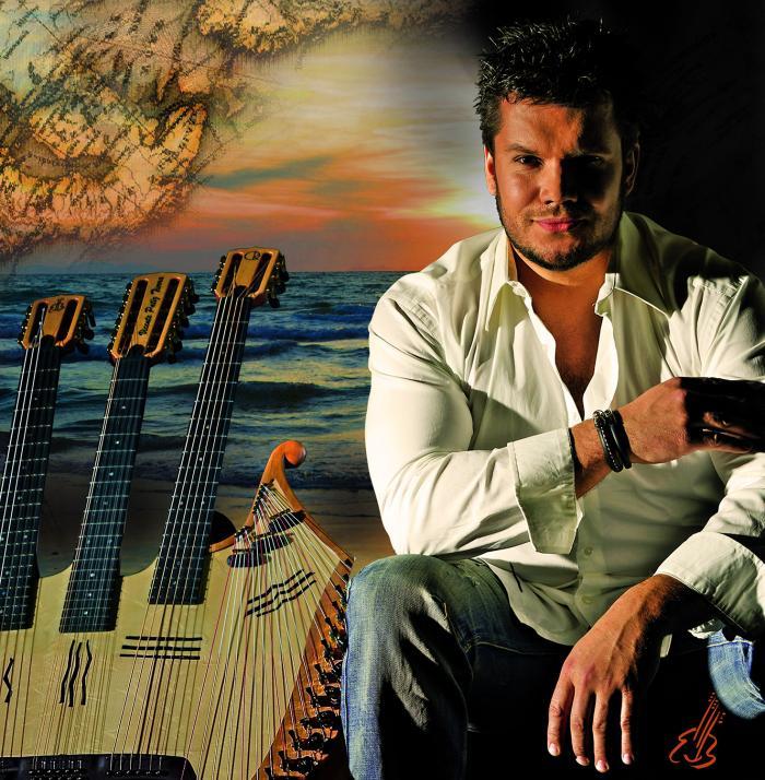 Mit Gitarren, Didgeridoo, Perkussion und einer eigens für ihn entwickelten 42-saitigen Harfengitarre begeistert Vicente Patíz Menschen auf der ganzen Welt