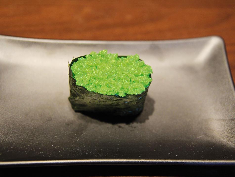 Gunkanmaki (deutsch: Schlachtschiff-Rolle):Diese mundgerechten Sushi-Häppchen bestehen aus einem Boden aus Reis, der zum Beispiel mit Teriyaki-Lachstatar belegt wird. Das Ganze ist von einem schmalen Streifen Nori umgeben.