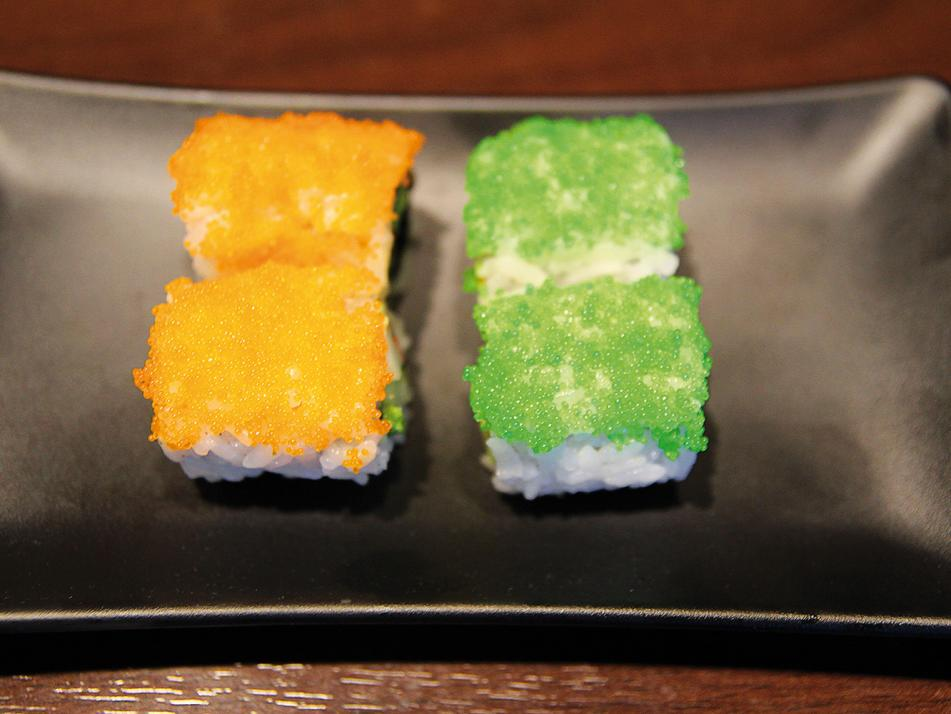 Uramaki (deutsch: von innen gerollt):Die Füllung (aus Krebsfleisch und Avocado) und der Seetang sind außen von Reis umschlossen. Die Sorte ist in Kalifornien sehr beliebt.