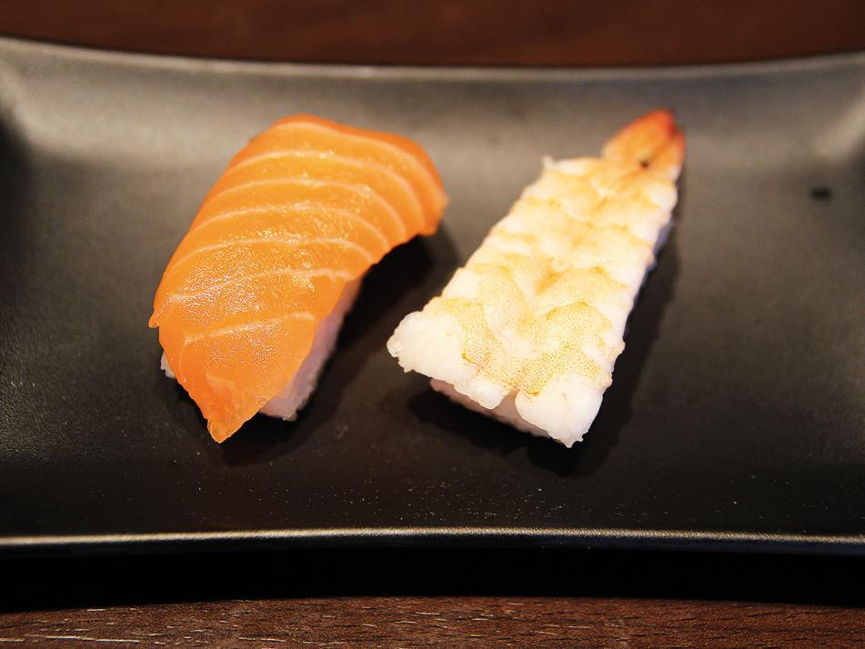 Nigiri (deutsch: gepresst):Nigiri besteht aus einem ovalen Reisbällchen, das mit einem Streifen Lachs, Thunfisch oder Garnele belegt wird.