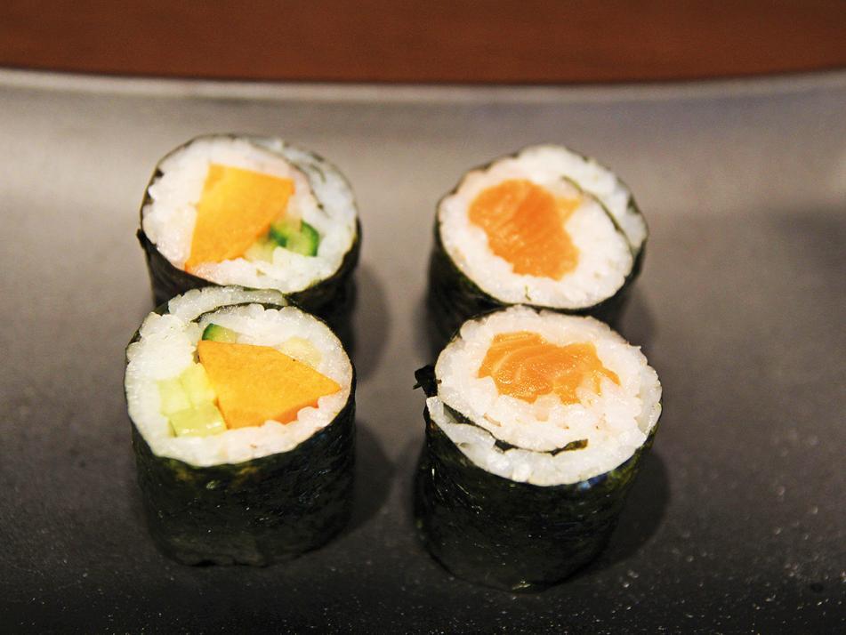 Maki Sushi (deutsch: gerollt):Auf einem Noriblatt wird Reis verteilt und dieser mit Zutaten belegt. Alles zusammen wird mit einem Algenblatt eingerollt und die Rolle anschließend in Stücke geschnitten.