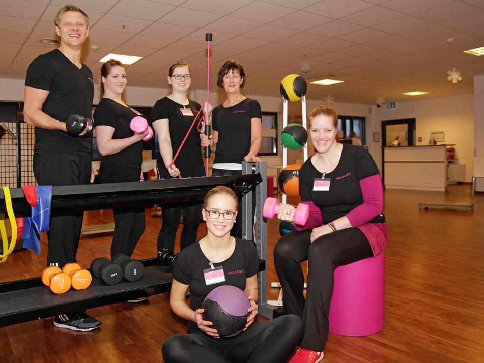 Oliver, Inhaber von Mrs.Sporty Kiel-Wik, Jasmin, Janine, Jutta (hinten v. li.), Neele und stefanie (vorne v. li.) motivieren alle Mrs.Sportys mit laufend neuen Aktionen
