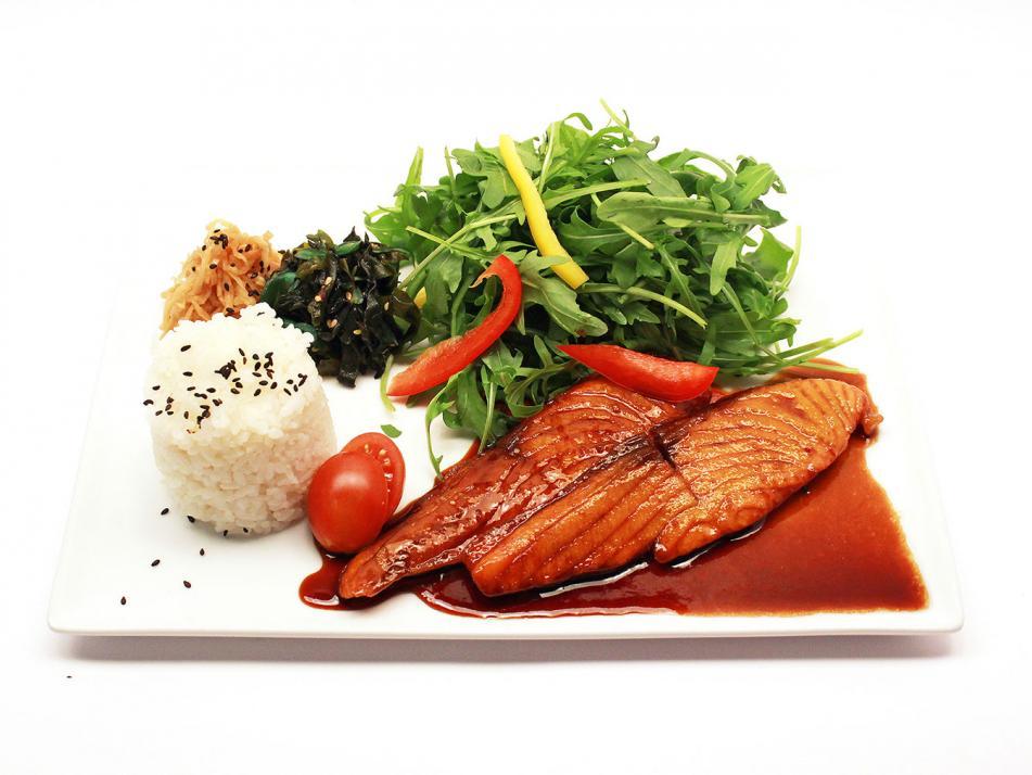 """""""Lachs Teriyaki"""" aus dem Café ann ist das ideale, leichte Gericht zur Mittagszeit."""
