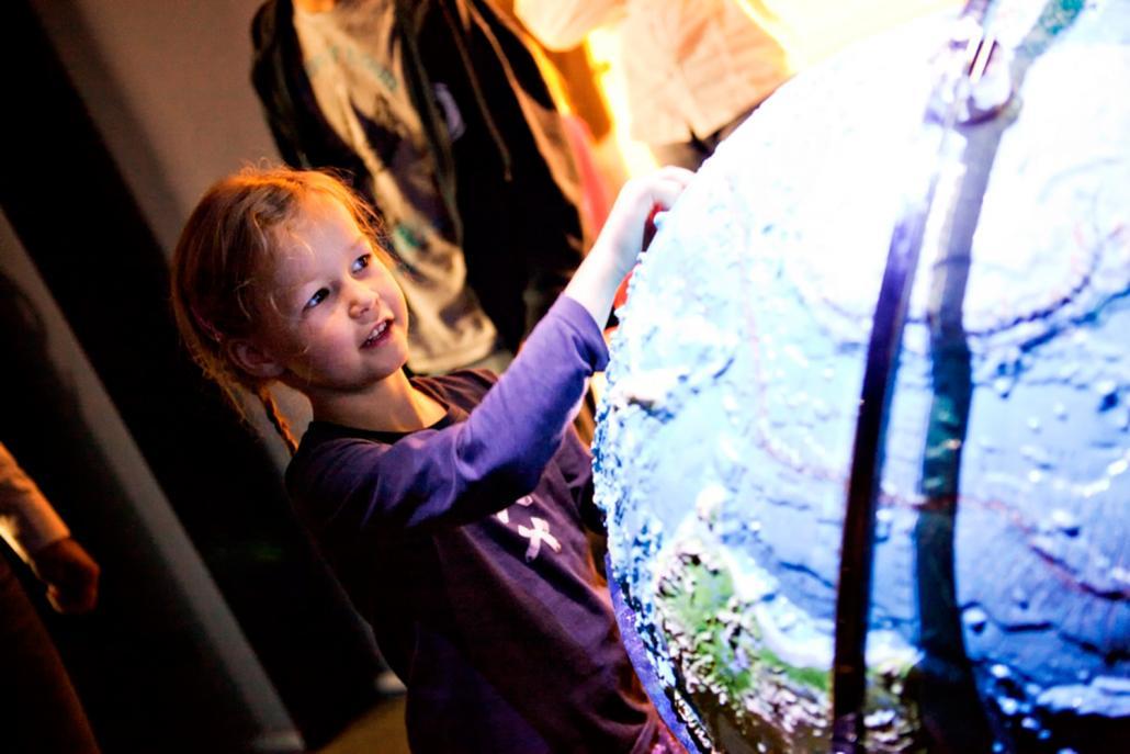 Mädchen am Reliefglobus im Zoologischen Museum