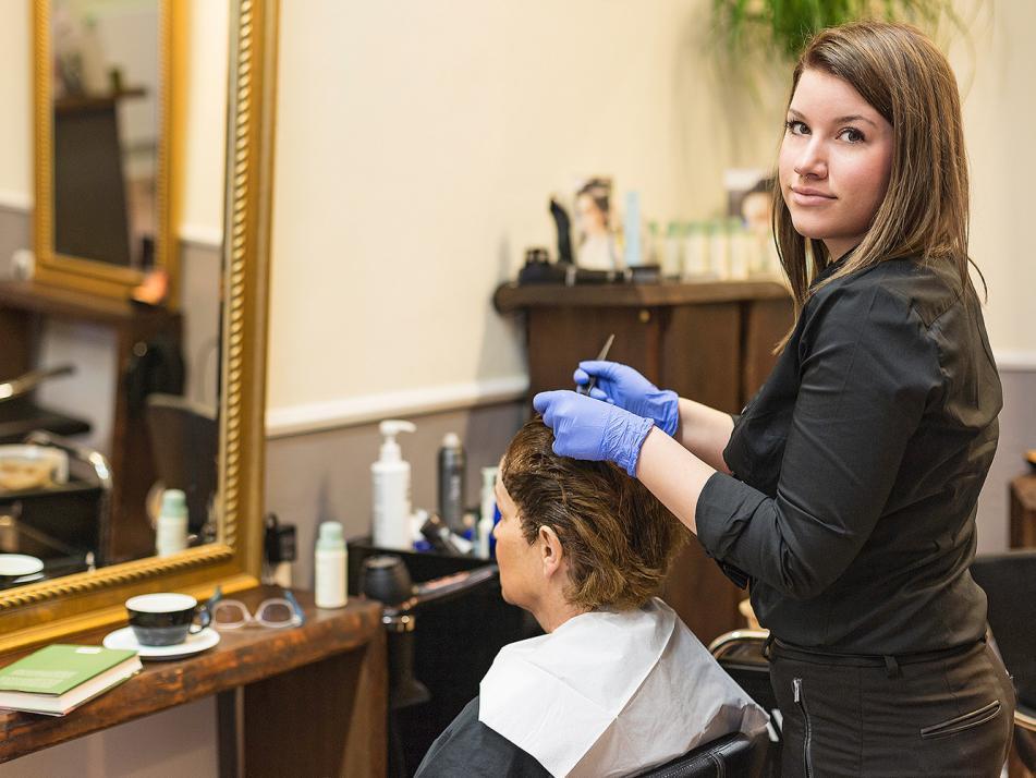 """Jacqueline, Gesellin und ausgebildeter Aveda Pure Colorist: """"Es geht mir nicht nur darum, die neuen Farbtrends umzusetzen, sondern auch immer auf möglichst schonendster Basis das Haar zu behandeln."""""""