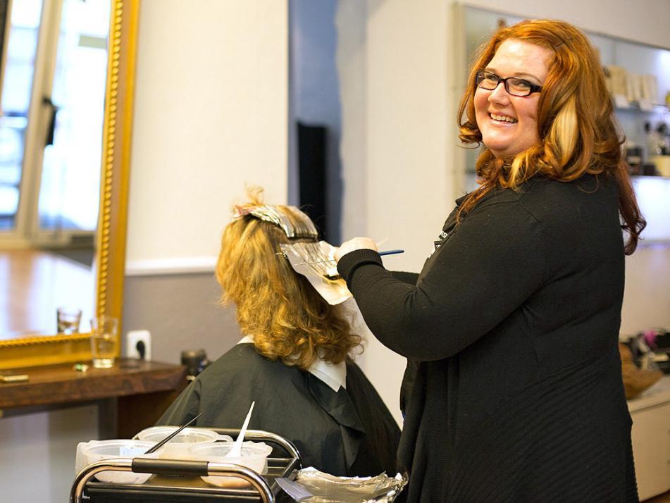 """Jasmin, Friseurmeisterin und stellvertretende Salonleitung: """"Ich lege großen Wert auf den Wellnessfaktor des Friseurbesuchs – einfach entspannen und wohlfühlen!"""""""