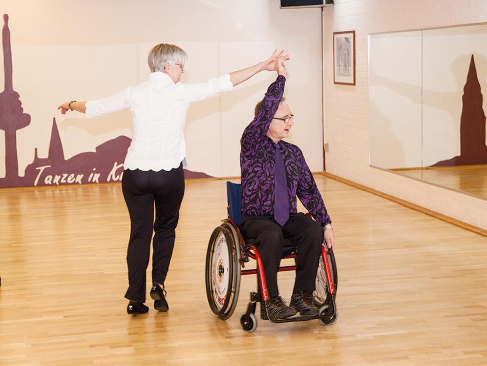 Mit einem gekonnten Discofox beenden Frauke Pape und  Klaus Balzer die Tanzstunde