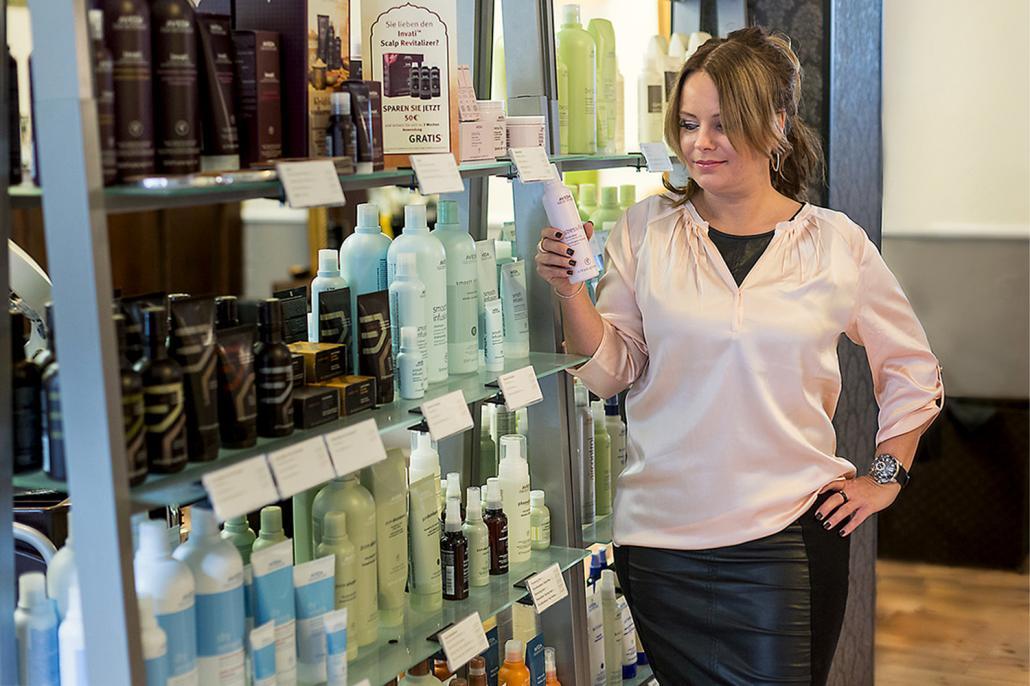 Friseurmeisterin Antje Krüger arbeitet in ihrem Salon mit Stress-Fix-Produkten, die für pure Entspannung sorgen