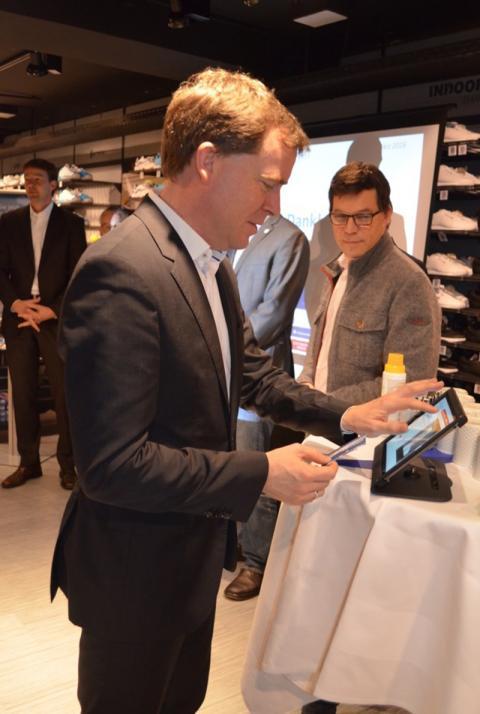 Kiels Oberbürgermeister Dr. Ulf Kämpfer testet die neue KielerSprottenKarte