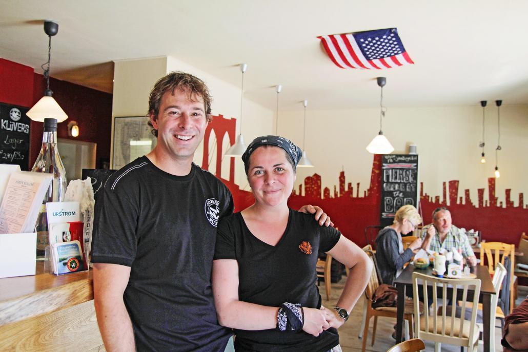 John mit Mitarbeiterin Sophie