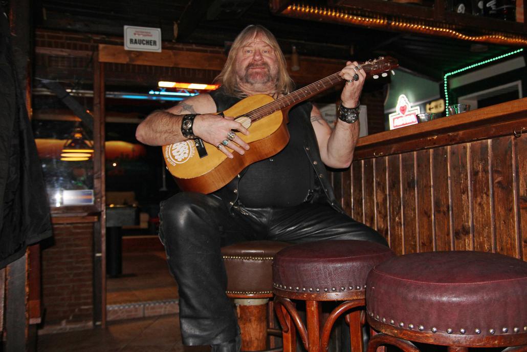 Harry greift in der Erbse regelmäßig zur Gitarre