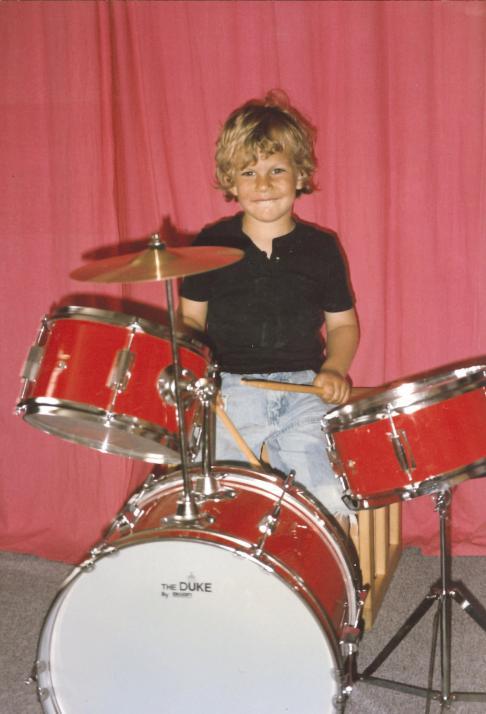 … im Alter von fünf Jahren an Papas Schlagzeug aktiv
