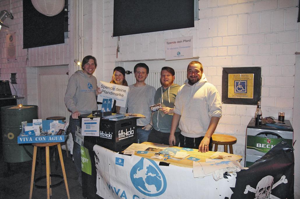 Ein Teil der Kieler Viva con Agua Crew mit Moritz Neumeier (Mitte)
