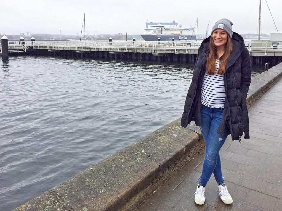 Nicole beim Spaziergang an der Kiellinie