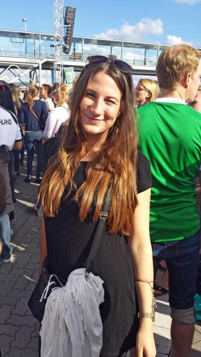Nicole verbringt einen sonnigen Tag am Kieler Ostseekai