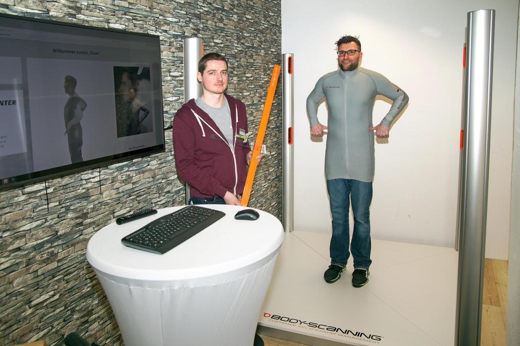 Die Inhaber Philipp Mikloweit (li.) und Oliver Bathke präsentieren den neuen Bodyscanner