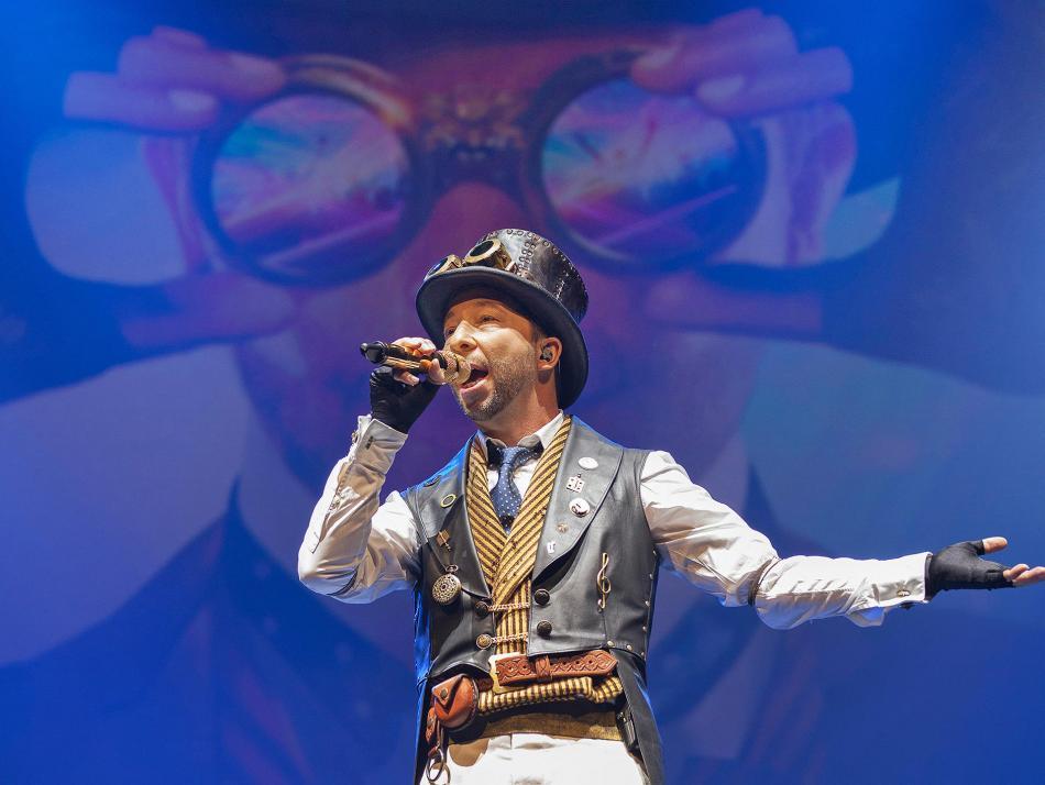 DJ BoBo wird in der Sparkassen-Arena Kiel ein vielseitiges Programm bieten.