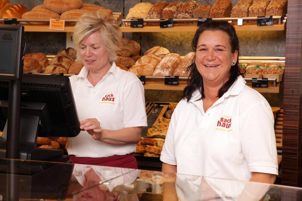 Angela Eichelbaum und Nicole Harke (v. li.) vom Gettorfer Backhaus