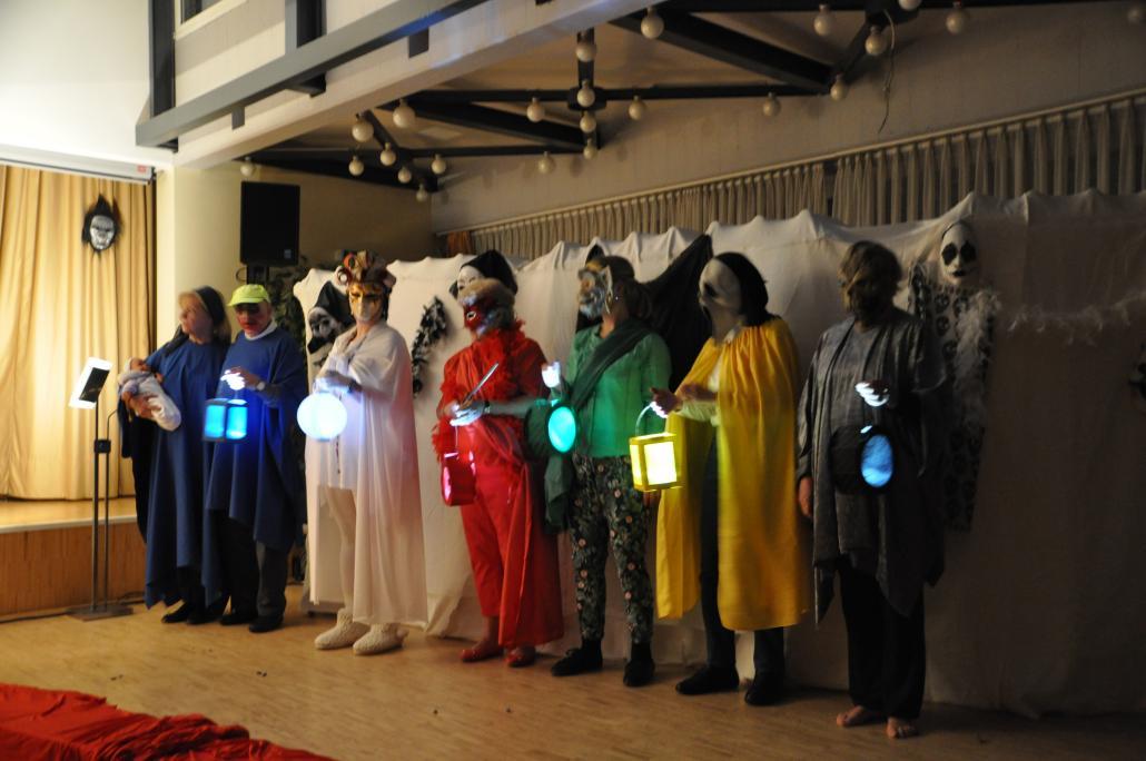 Mit bunten Kostümen und Laternen entsteht eine besondere Atmosphäre im Theatersaal.