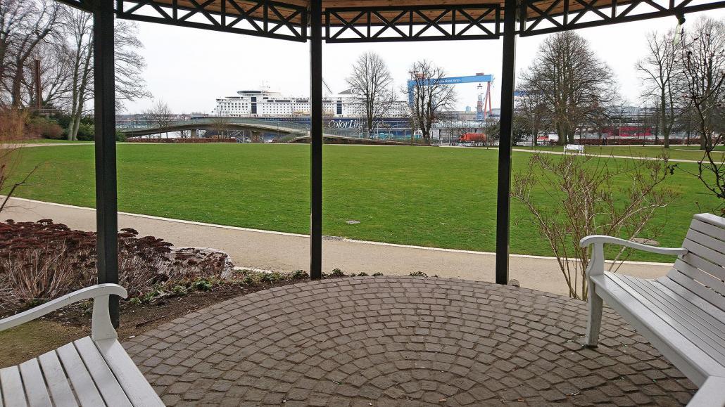 Der Blick von Manuelas Lieblingsplatz im Schlossgarten auf die Kieler Förde