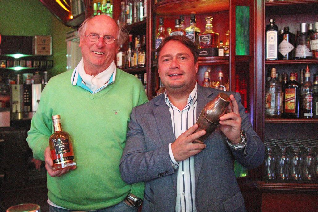 Micha (re.) mit Kieler Cocktailexperte Peter Bohrmann
