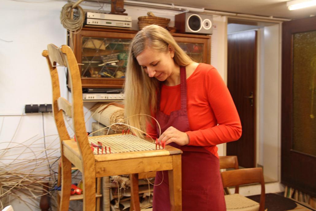 Christin Sell repariert einen Stuhl