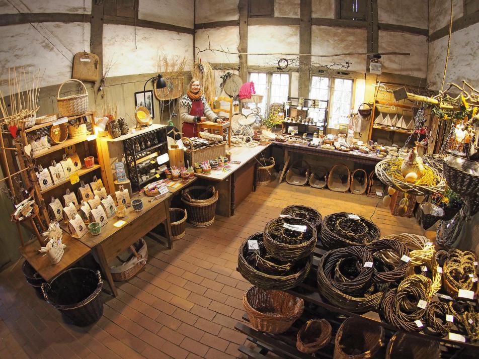 Im Freilichtmuseum Molfsee betreibt die Korbmacherei eine Werkstatt