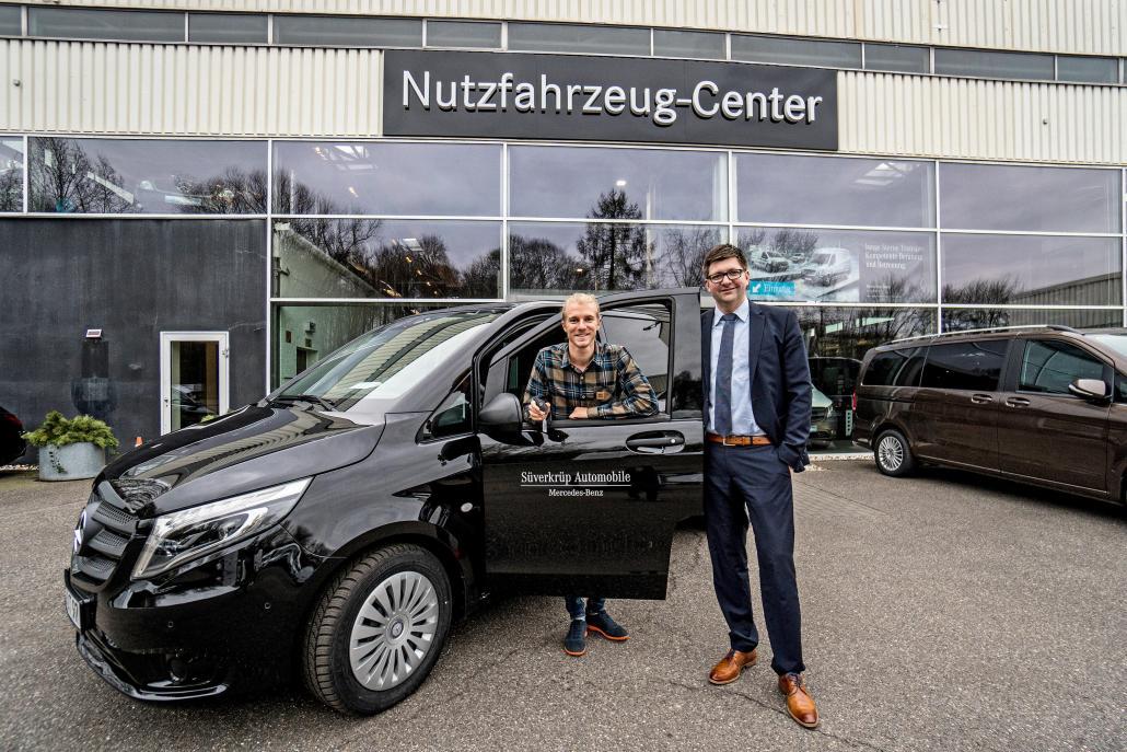 Windsurfer und Filmemacher Valentin Böckler und Süverkrüps Transporter-Verkaufsleiter David Kramkowski (v. li.) vor dem Mercedes-Benz Vito