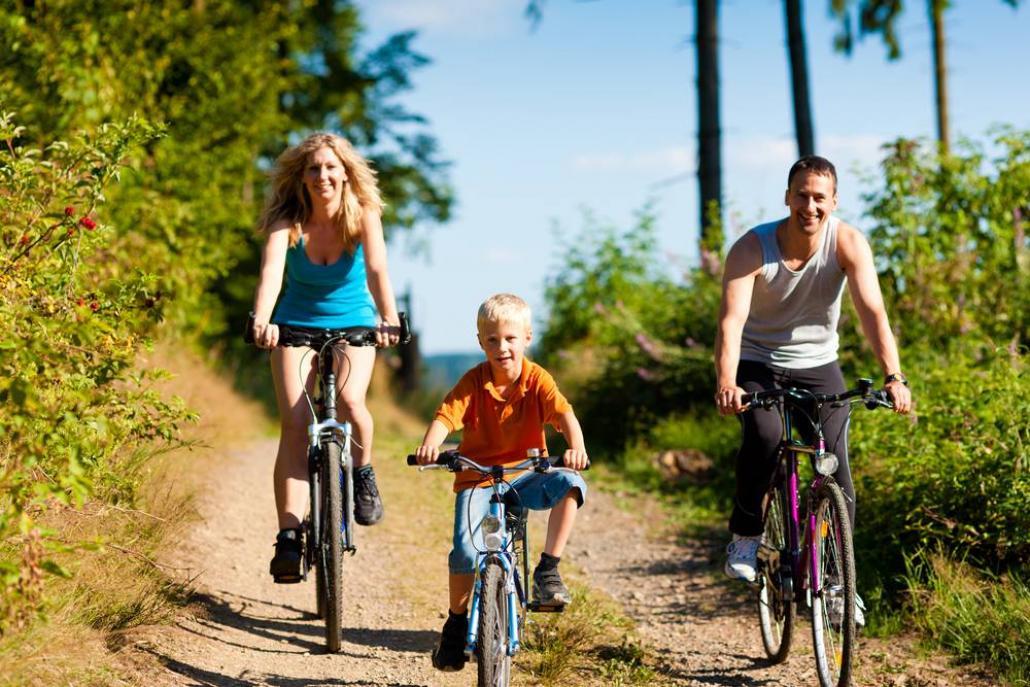 Eine Fahrradtour ist eine aktive Unternehmung für die ganze Familie