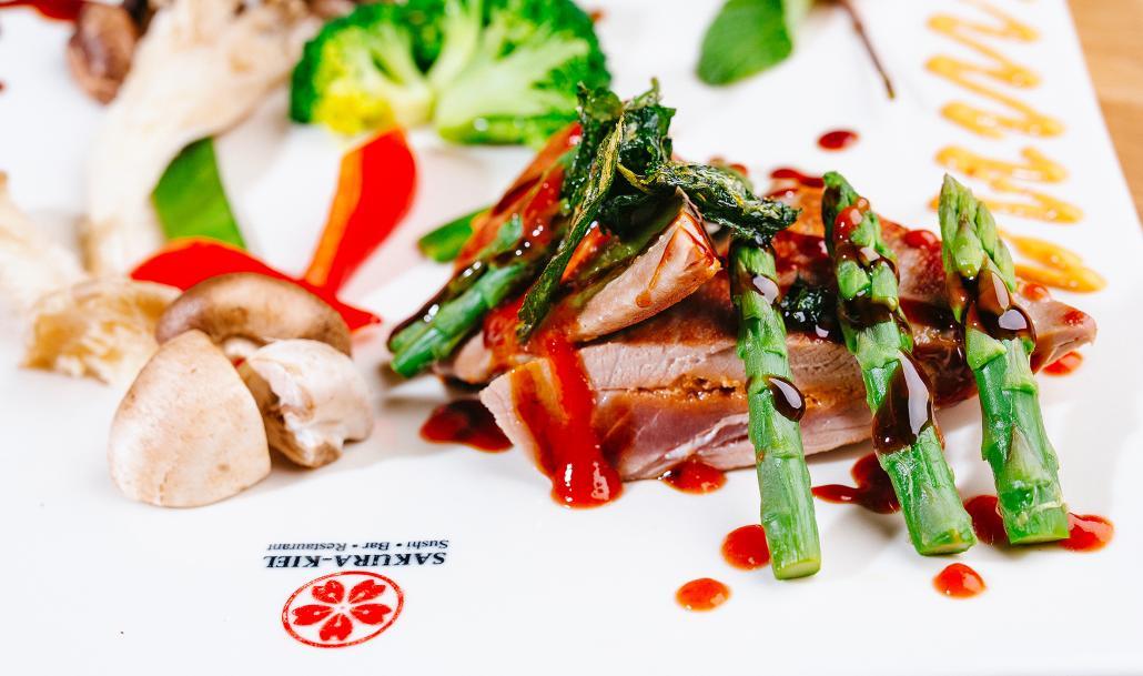 Im Sakura-Kiel gibt es von vielfältigen Sushi-Kreationen über Nudelsuppen und vegetarische Gerichte alles, was was das Herz begehrt