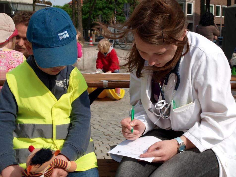 Die Kinder erleben, wie ihre Plüschtiere behandelt werden