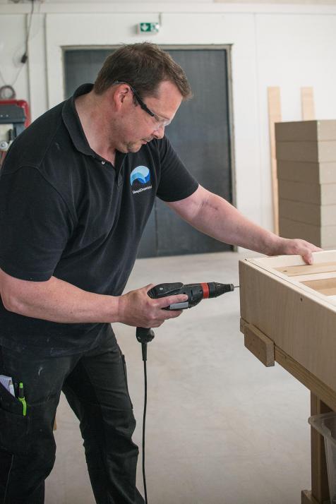 Maik Melzwig fertigt die Einzelteile aus Holz