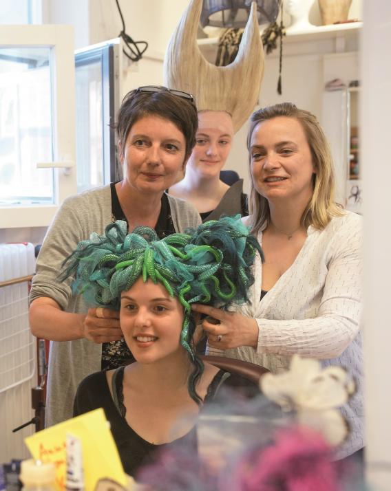 Hiter den Kulissen: Bei der Maske werden aufwendige Kostüme gestaltet