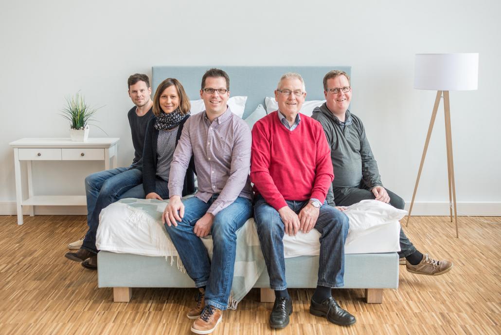 Geschäftsgründer Helmut Köhl (vorne re.) mit seinen Söhnen Sven (Geschäftsführer, vorne li.), Arne (li.) und Sören Köhl (re.) sowie Tochter Carolin Rosenbaum