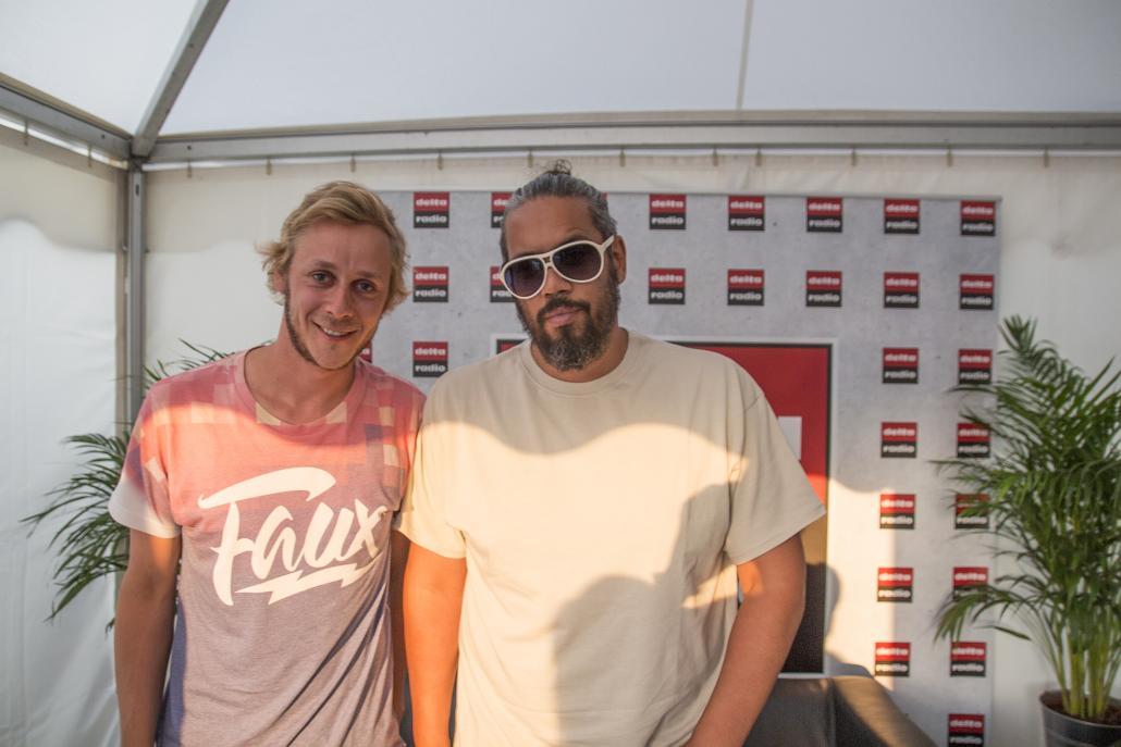 Samy Deluxe (re.) mit Redakteur Bastian Karkossa