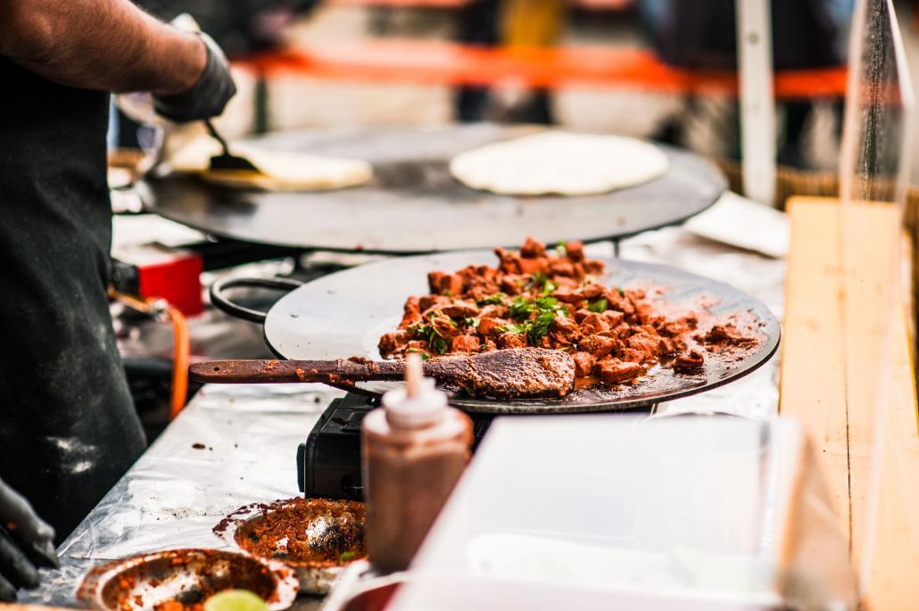 Beim Street Food Event in Eckernförde kann man kulinarische Spezialitäten aus der ganzen Welt genießen