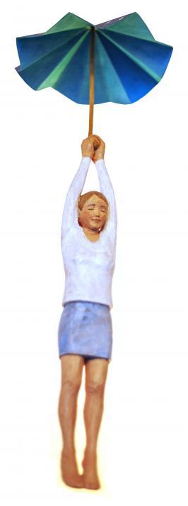 """Die Skulptur """"Über den Wolken"""" ist aus einem Stück Fichtenholz gearbeitet. Der Schirm ist aus Pappe gewachst"""