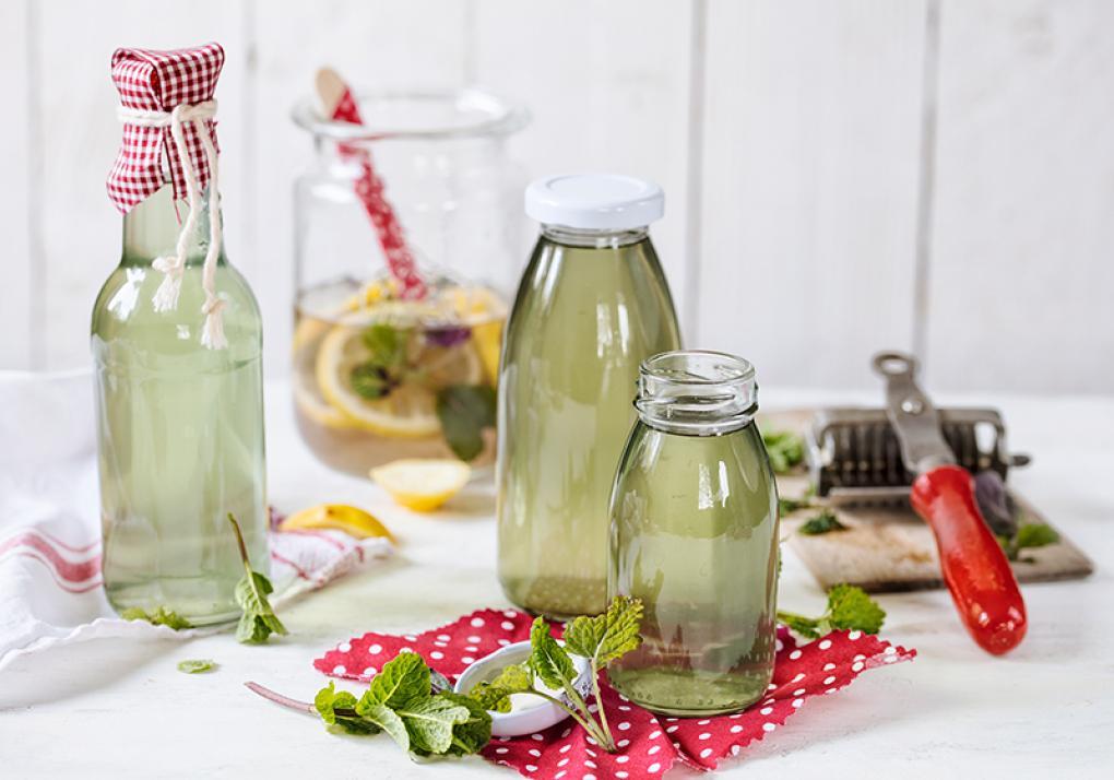 Mit diesem Zitronenmelissesirup lässt sich zum Beispiel ein Glas Selter in ein erfrischendes Getränk verwandeln